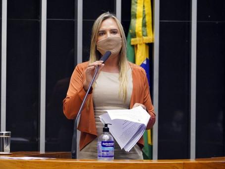 Deputados aprovam urgência para projeto de igualdade salarial entre homens e mulheres