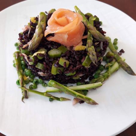 Riso viola integrale con salmone affumicato, piselli e asparagi crudi marinati