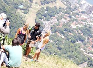 Bia e Branca Feres gravam matéria para o programa de Verão MTV, voando de Parapente na Pedra Bonita