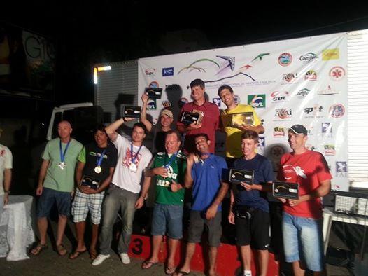podio primeira etapa campeonato brasileiro parapente 2015 governador valadares.jpg
