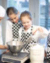Kind aan het bakken