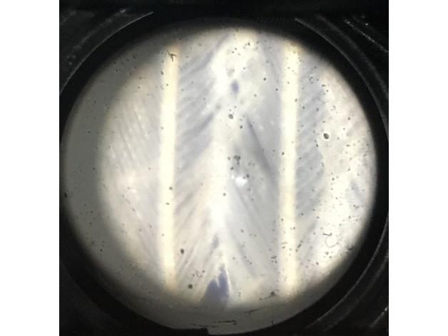 使用顯微鏡觀看鳥禽的羽毛。※圖源charlesodonnell & kwalus