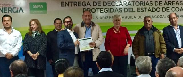El actual Gobernador de Coahuila entrega reconocimiento por decreto de ANP voluntaria al Dr. De la Maza, Director General de Pronatura Noreste