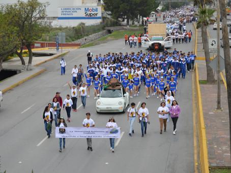 David, la Tortuga de Bisagra, fue al Desfile Cívico Universitario de la UAdeC