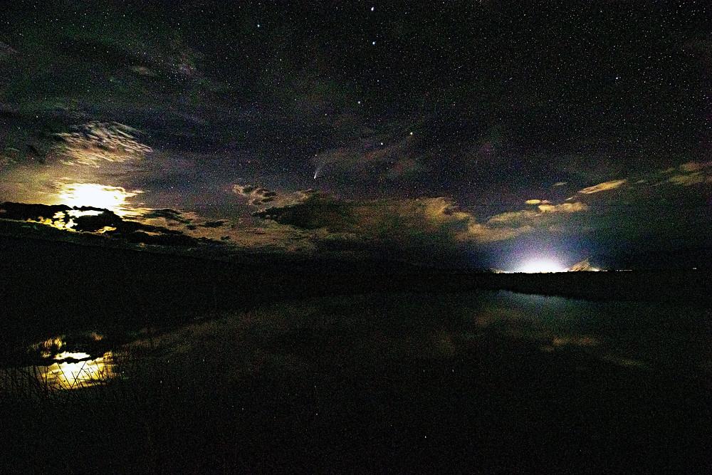 Cometa Neowise desde Pozas Azules en Cuatro Ciénegas. Foto por Mauricio De la Maza-Benignos