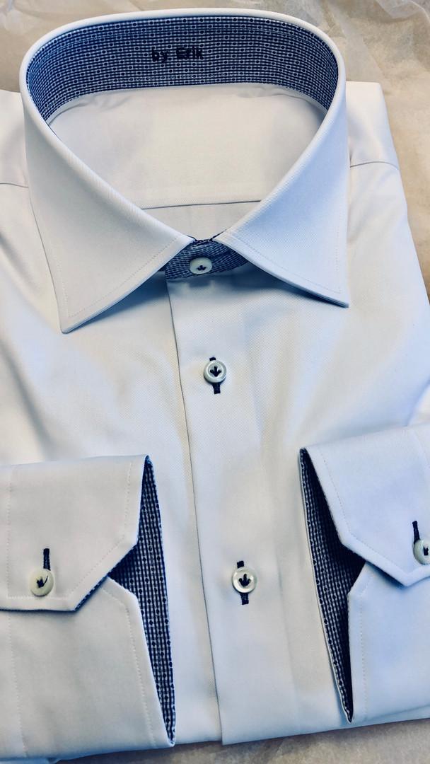 Lichtblauw overhemd, donkerblauwe details