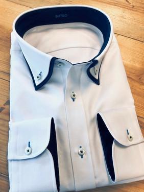 Wit overhemd met donkerblauwe contrasten en details