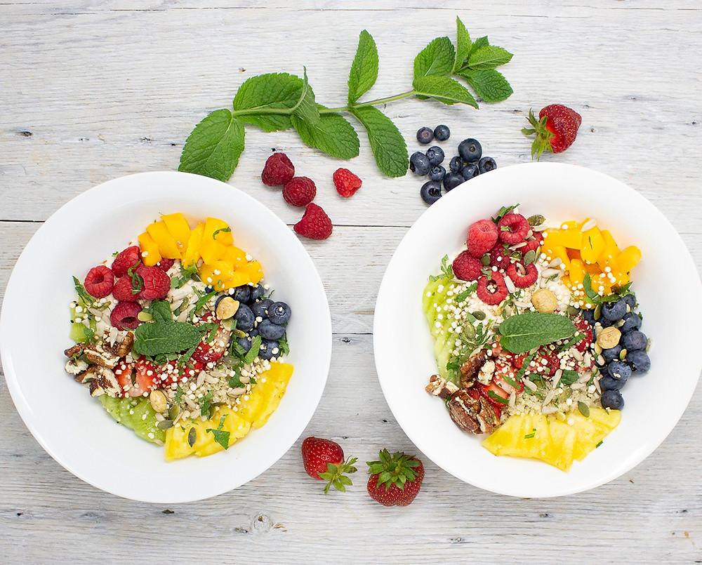 Bol de fruits sur quinoa et yaourt