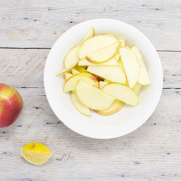 Petirer le cœur de la pomme et l'émincer