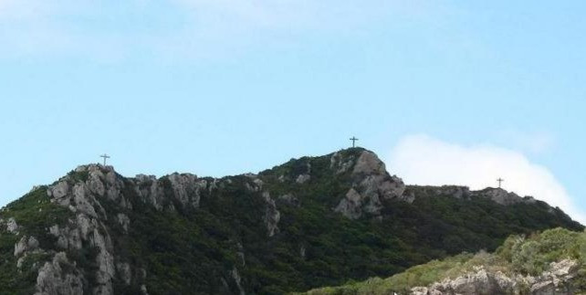 Em 1954 o Duque de Palmela, mandou construir as 3 cruzes de pedra , num local de muito difícil acesso em pleno Parque Natural da Arrábida, mais especificamente no topo do Monte Abraão.