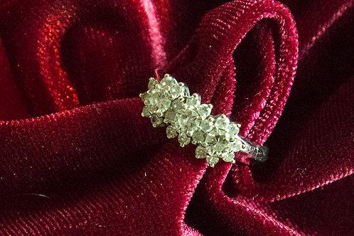 Anello TRILOGY con diamanti a tre fiori in oro bianco