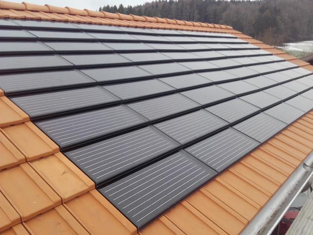 Solarmodul  Panotron FIT 45, Indachanlage, die Solarmodule werden wie Tondachziegel verlegt. 1 Modul entspricht der Grösse von 4 Ziegeln und ersetzt diese.