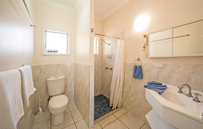 Airlie Court Units Bathroom
