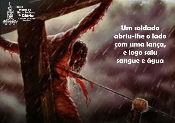 Um soldado abriu-lhe o lado com uma lança, e logo saiu sangue e água