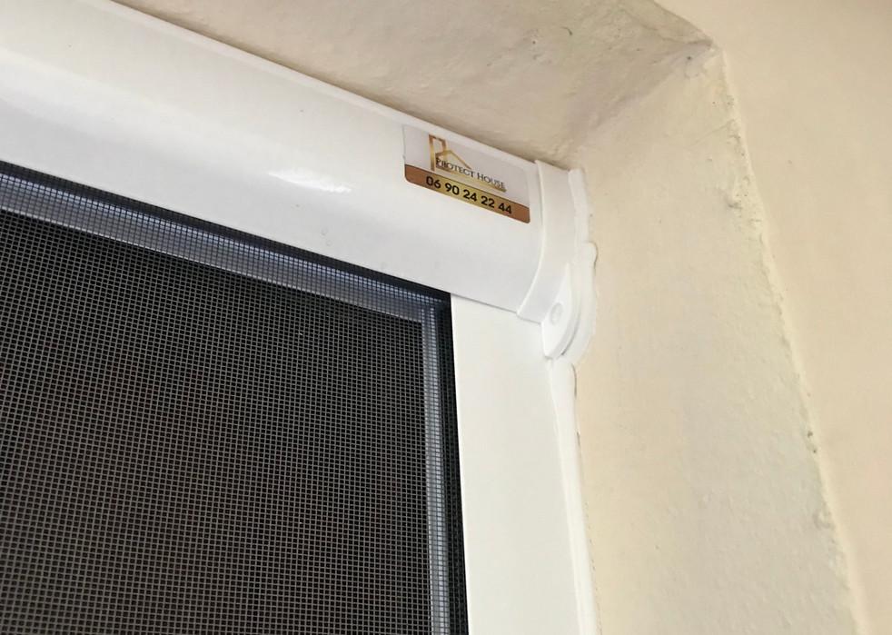 vue du coffre de la moustiquaire enroulable