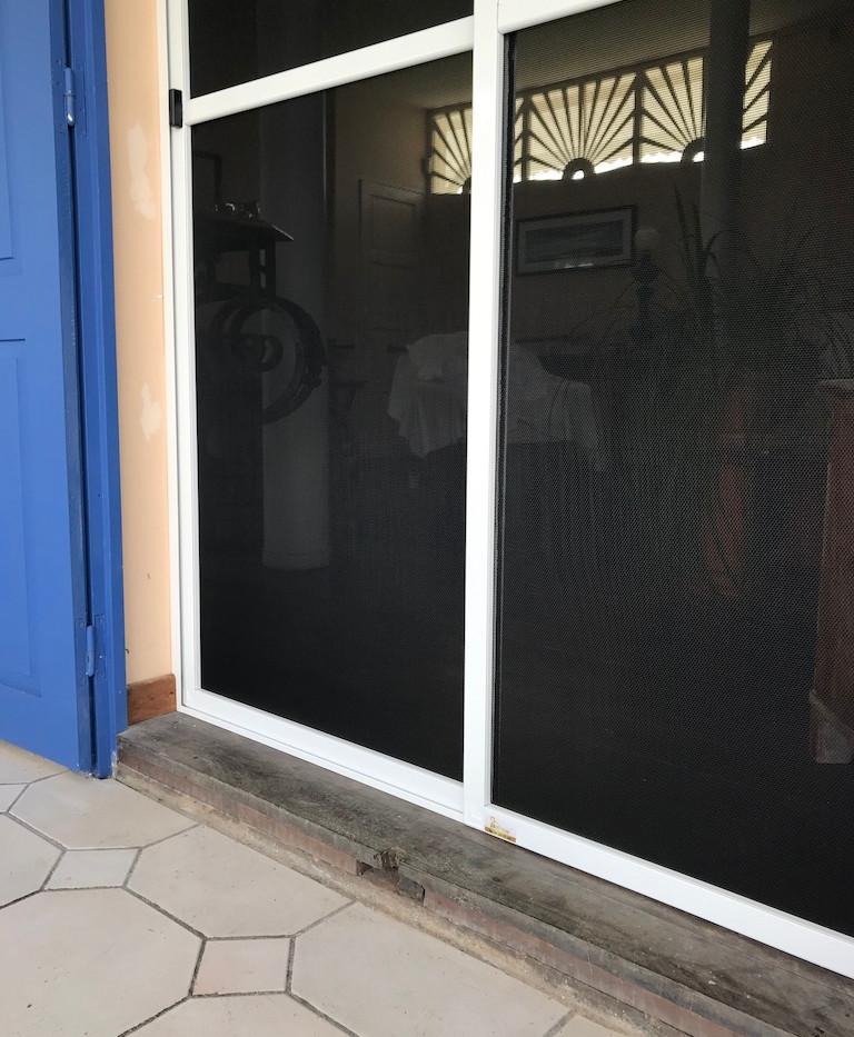 baie vitrée avec moustiquaire