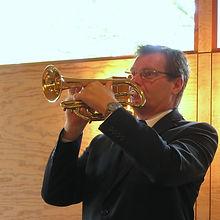 Claes som spelar trumpet