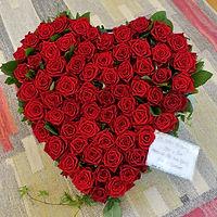 Blomsterhjärta av rosor