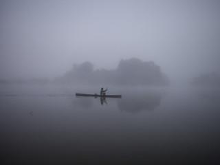 Guerreiro pescando amanhecer Aldeia Kend