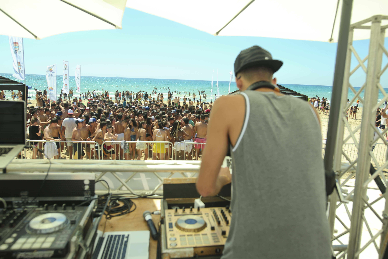 מסיבת_חוף_-_גל_מלכה_והקהל