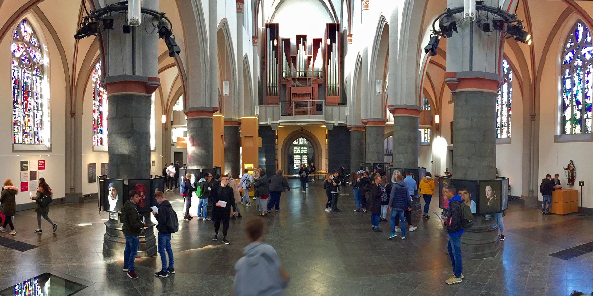 Schulklassen in der Ausstellung