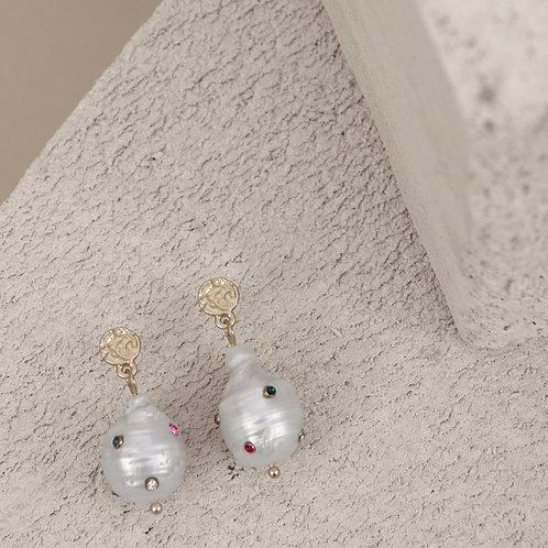 Audrey rainbow pearl earring - by Dansk