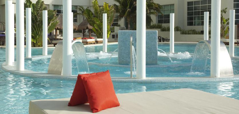 21-me-cancun-water-ritual-main-pool