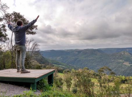 Trilhas pela Mata Atlântica vão além do contato com a natureza em Gramado