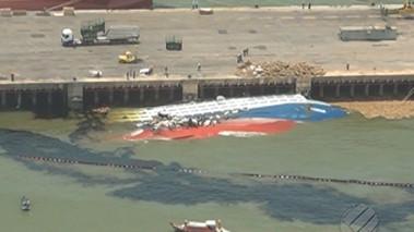 Navio naufragado em 2015 em Vila do Conde é solto do fundo do Rio Pará