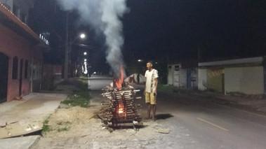 Famílias de Barcarena continuam tradição da fogueira no dia dos santos juninos