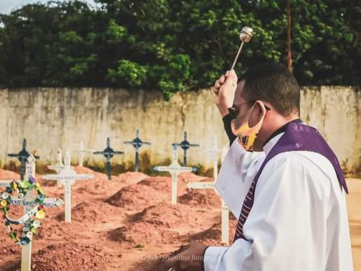 Padre reza no cemitério de Barcarena pelos falecidos de Covid-19
