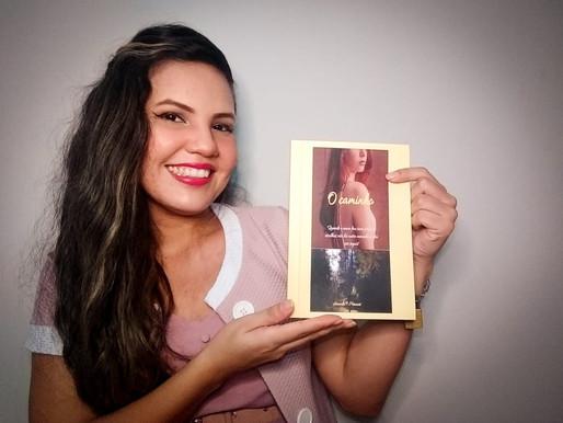 """Barcarenense Amanda Menezes lança livro """"O caminho"""""""