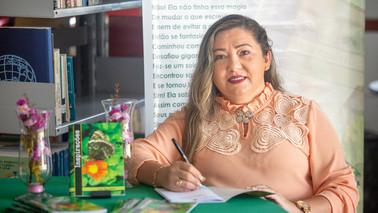"""Barcarenense Lia Apolaro lança livro de poesias """"Inspirações"""""""