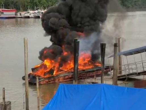 Lancha pega fogo no porto de São Francisco
