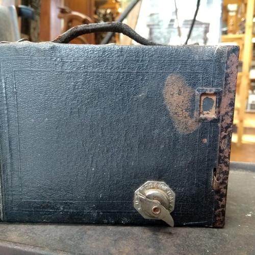 Umas das primeiras máquinas fotográficas. Peça com mais de 100 anos.