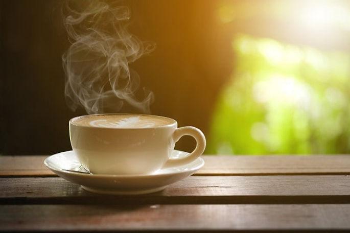 cafe-quente-na-mesa-de-madeira-no-terrac