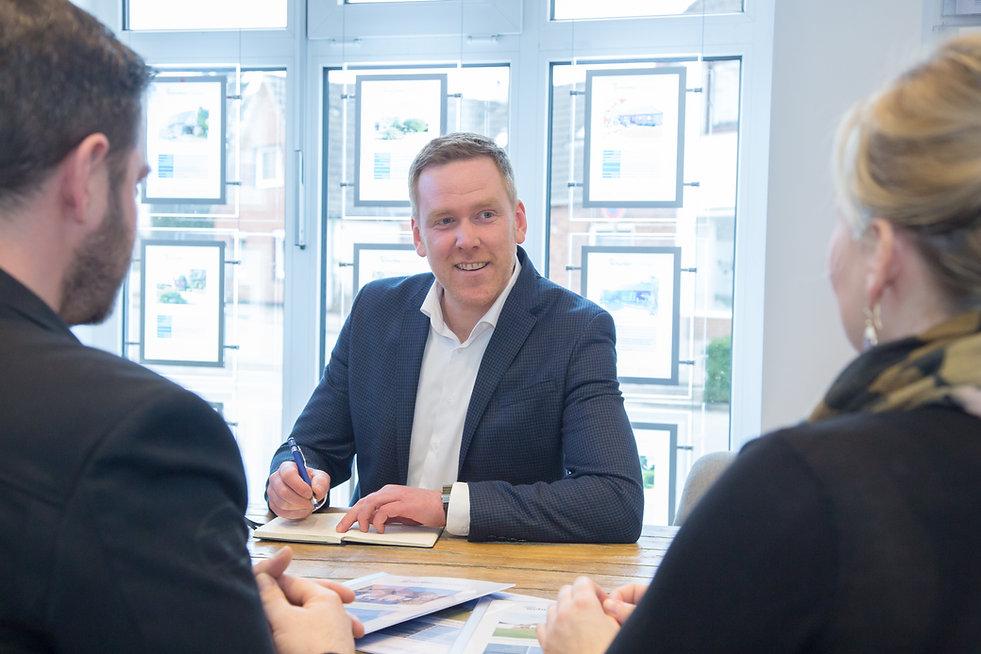 André Schurillis im Beratungsgespräch mit Kunden Haus kaufen