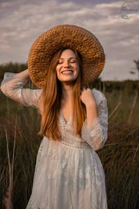 Rire et chapeau de paille