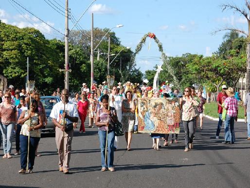 Festa de Santos Reis tem procissão com carros de bois