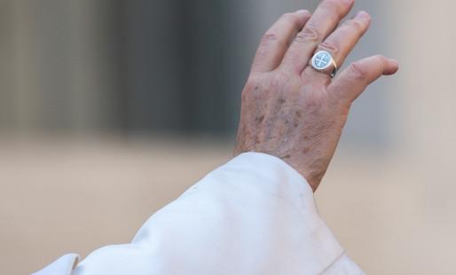 Por que o Papa não gosta que beijem seu anel