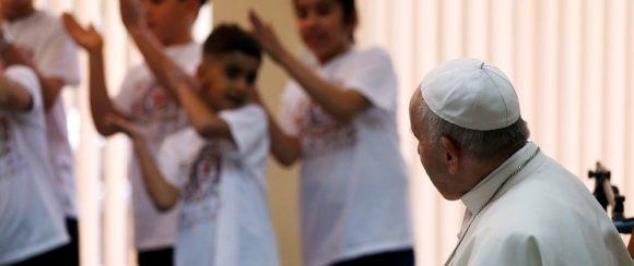 Papa Francisco se reúne com crianças.