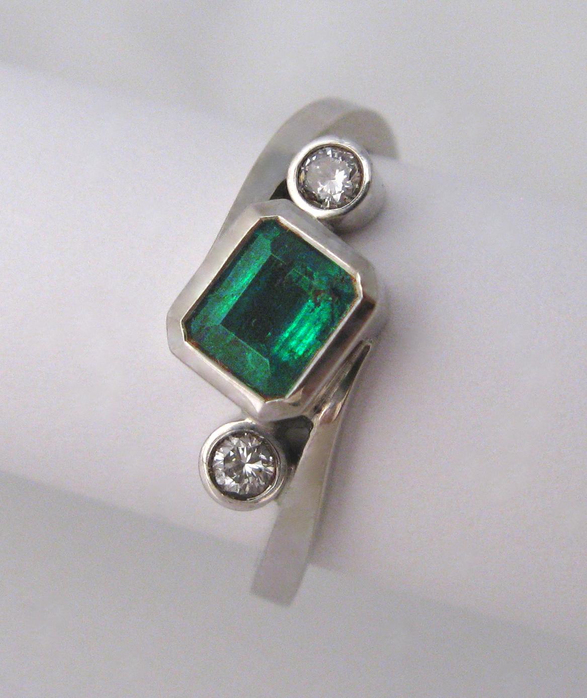 18ct white gold, emerald and diamond rin