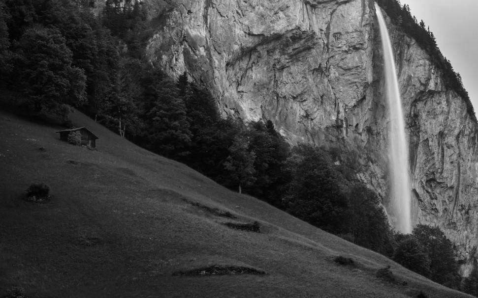 Hütte und Wasserfall I