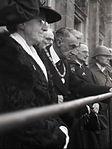 burgemeester van Baren en mevr. op balkon stadhuis 06 05 1945.jpg