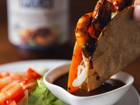 Tacos de camarón en salsa de tamarindo picante