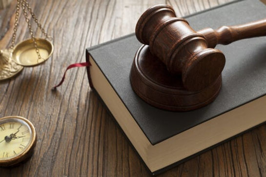 libro-leyes-martillo-juez.jpg
