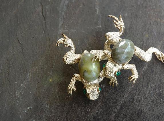 connemara-marble-frog-brooch