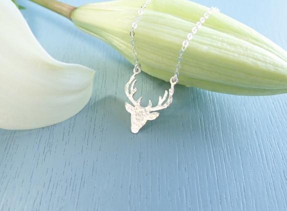 silver-hammered-deer-necklace