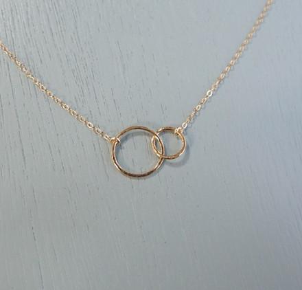 gold-interlocking-circles-necklace