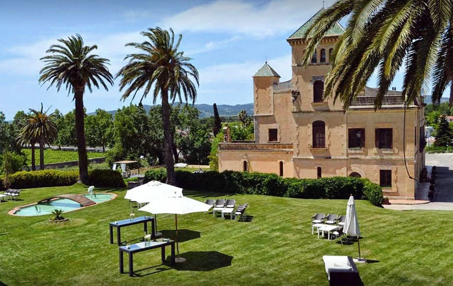 Palacete Heretat Sabartés  is one of the most luxury wedding locations in Catalonia. It is located near Tarragona and counts as one of the top ten wedding venues near Barcelona.